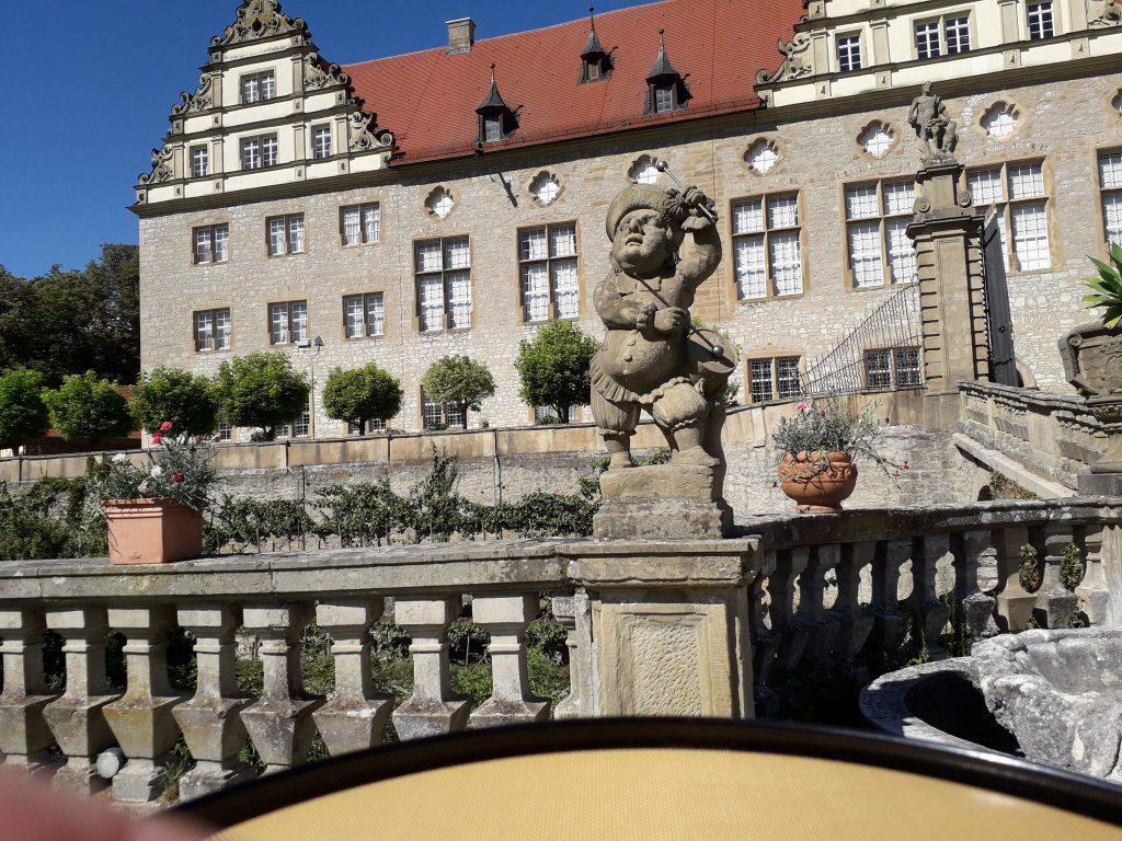Trommler im Schlosspark der Musikakademie