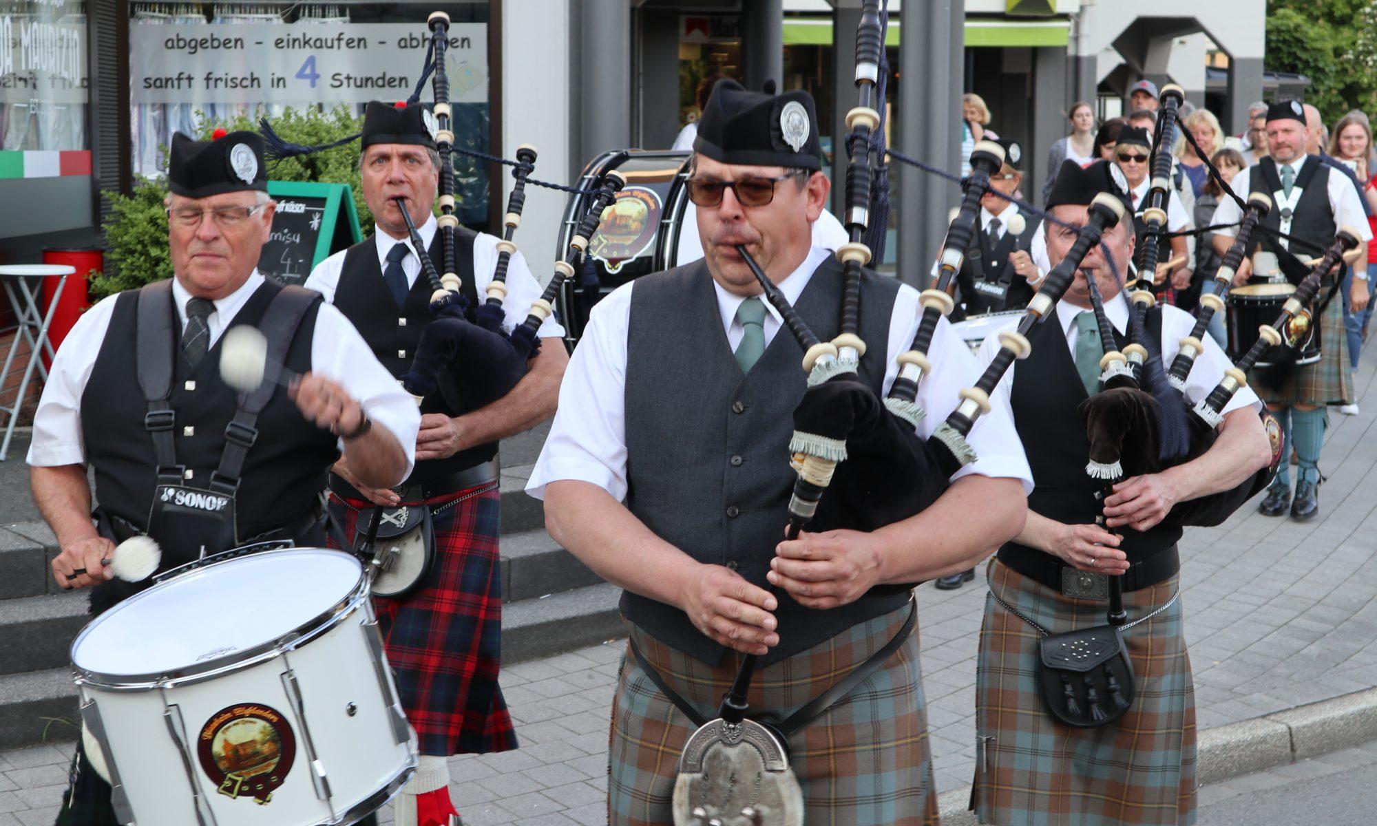 Band auf dem Weg zum Highland Express