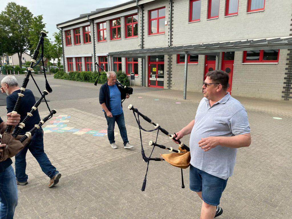 Peter und Hans-Jürgen mit ihren selbstgefertigten Bag Pipes
