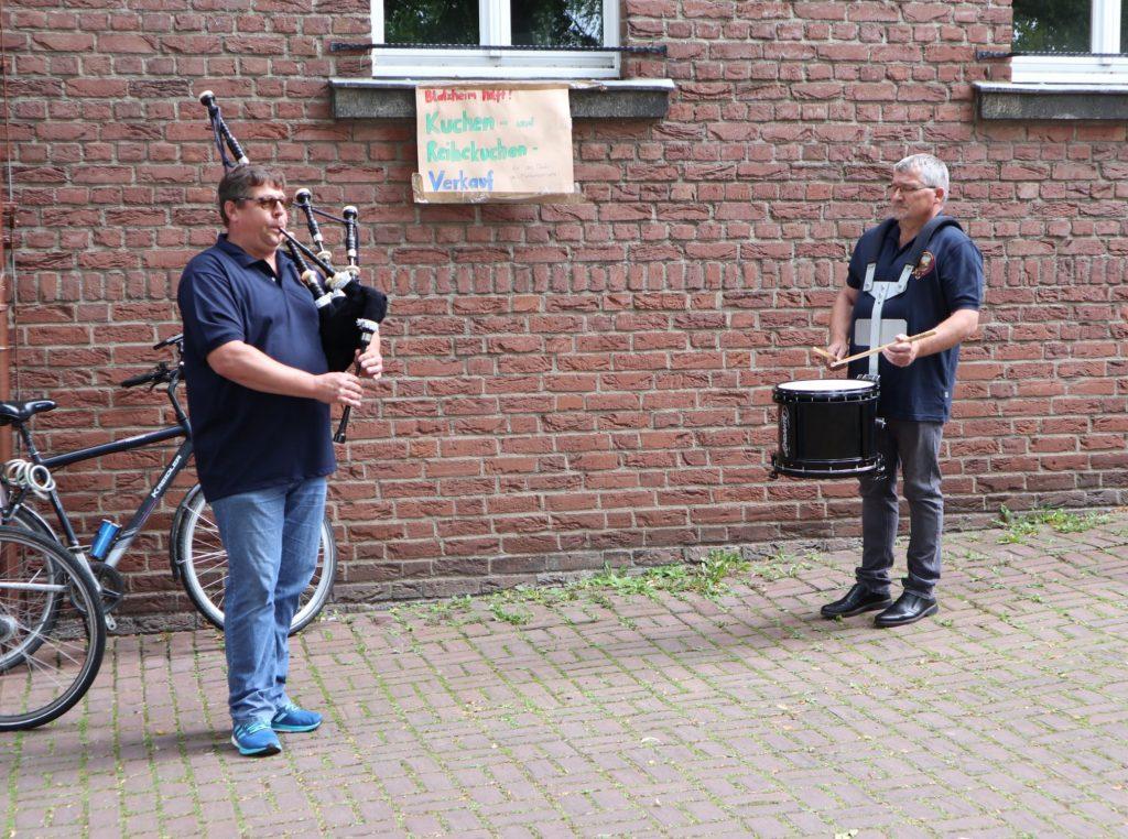 Pipe Major Peter und Snare Drummer Jürgen spielen Highland Cathedral